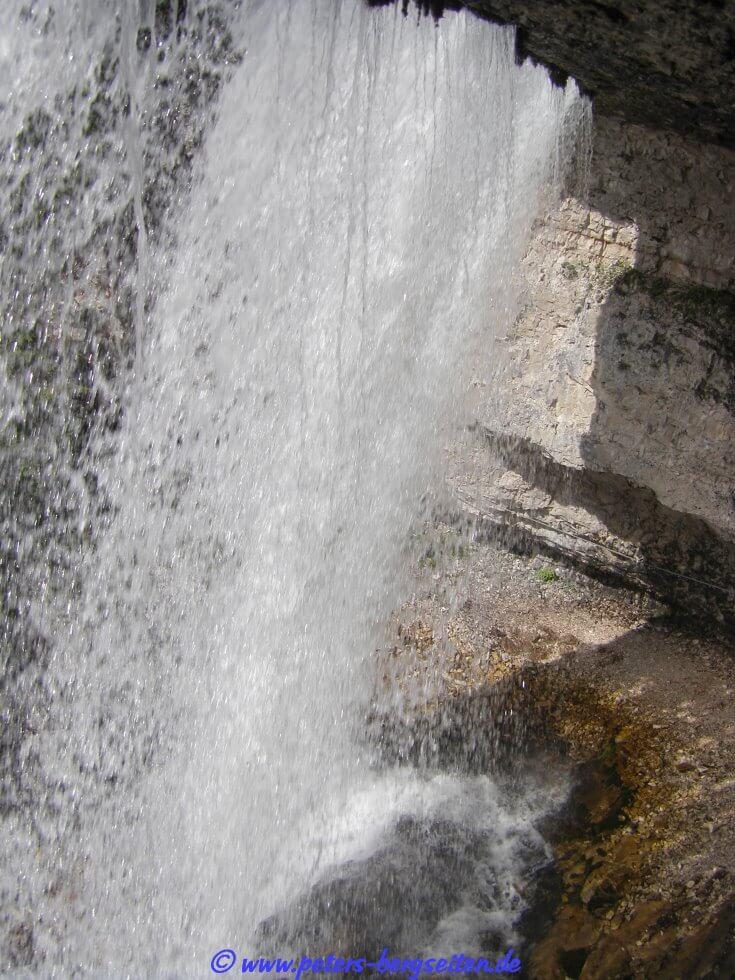 Val la pena fermarsi un attimo e godersi il gioco d acqua prima di  proseguire col sentiero sul versante opposto. Saliamo un breve canalino  sabbioso in cui ... 37e49b37373